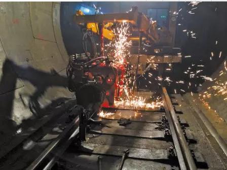 钢轨进行无缝焊接